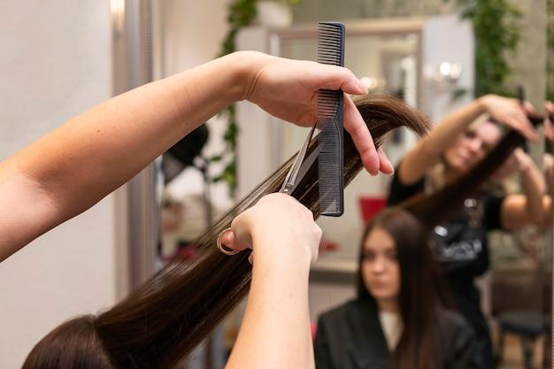 Friseur kümmert sich im salon um die haare eines kunden