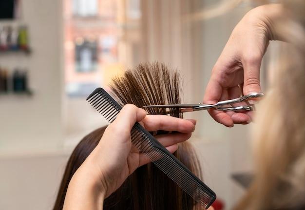 Friseur kümmert sich um die haare eines kunden