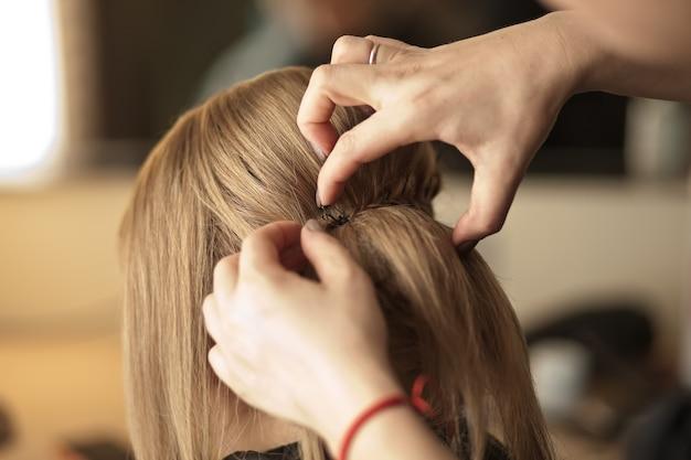 Friseur macht frisur für die braut