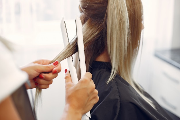 Friseur macht frisur für ihren kunden