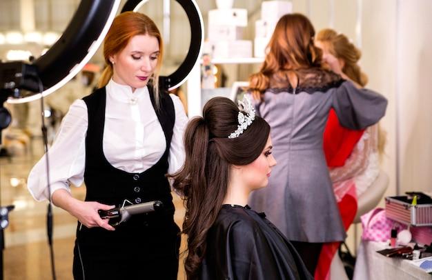 Friseur macht frisur für modell