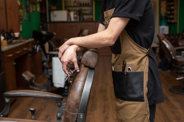 Friseur mit schere im friseursalon