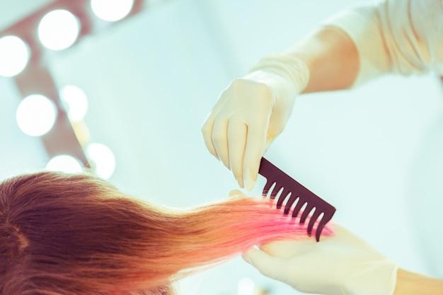 Friseur tut frisur der frau