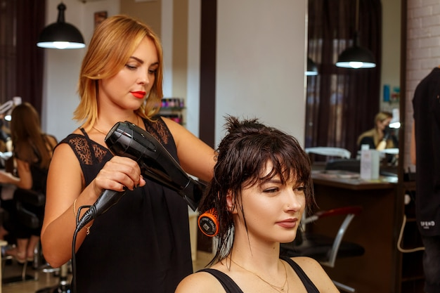 Friseur und kunde im salon, im schönheitssalon und in der haarpflege.