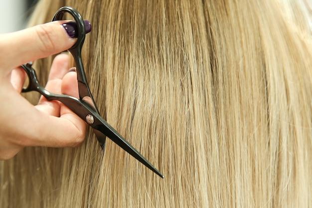 Friseurhände halten scherennahaufnahme mit kopierraum