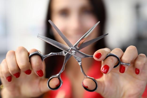 Friseurin halten scheren-nahaufnahme