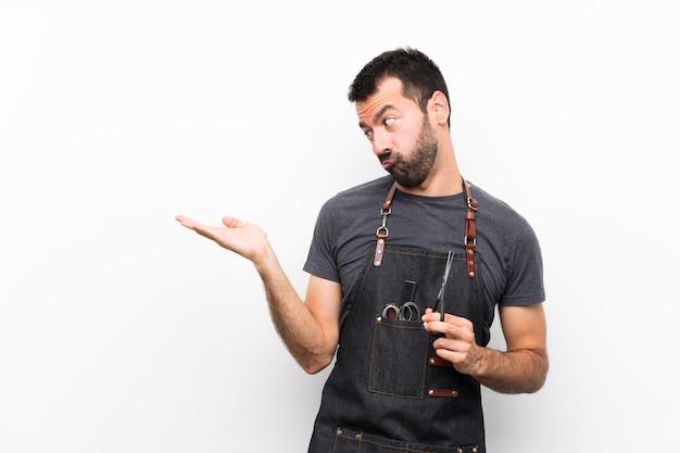 Friseurmann in einem schutzblech, das copyspace mit zweifeln hält