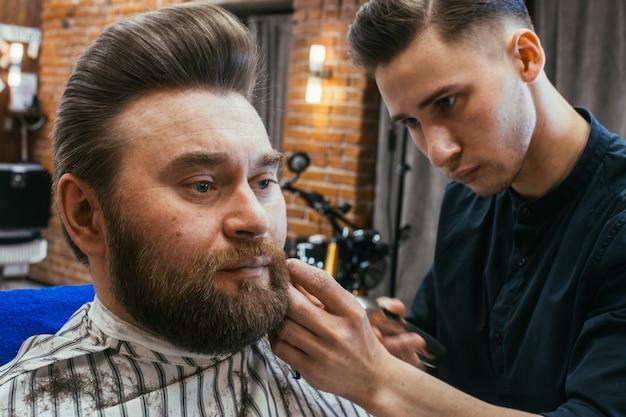 Friseursalon, ein mann mit bartschnitt friseur
