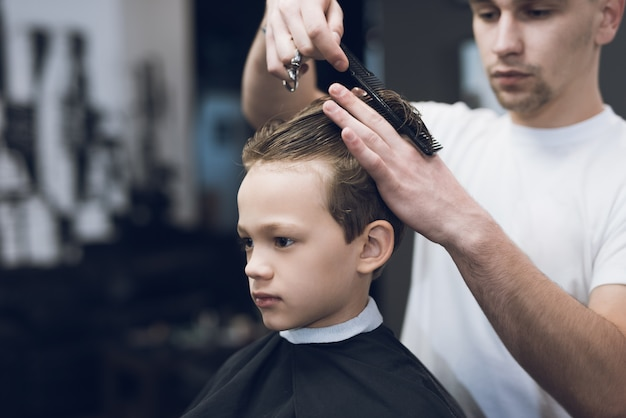 Friseursalon-friseur make boy haircut