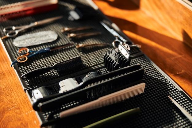 Friseurschere und -kämme auf schwarzer gummimatte
