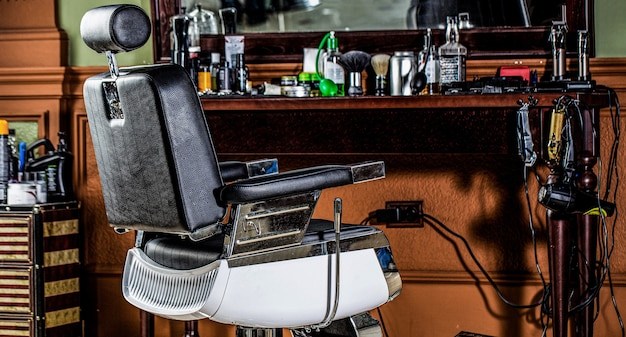 Friseurstuhl. barbershop-sessel, moderner friseur und friseursalon, herrenfriseursalon. stilvoller vintage friseurstuhl. professioneller friseur im friseursalon.