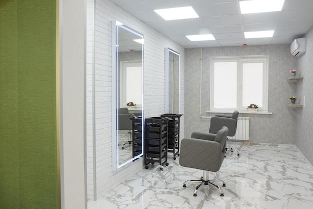 Friseurstuhl und spiegel in einem elite-schönheitssalon, büroinnenraum der kosmetikerin