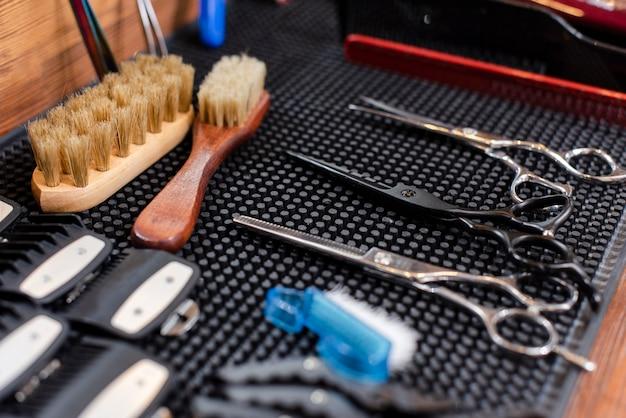 Friseurwerkzeuge auf dem arbeitsraum