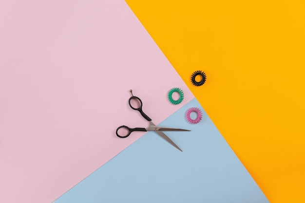 Friseurwerkzeuge auf farbigem hintergrund mit kopienraum. ansicht von oben. stillleben. attrappe, lehrmodell, simulation. flach legen