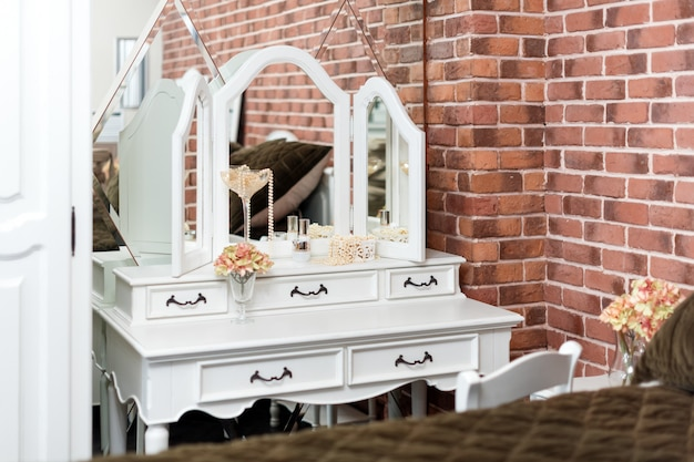 Frisierkommode im boudoir. details des frauenschlafzimmerinnenraums.