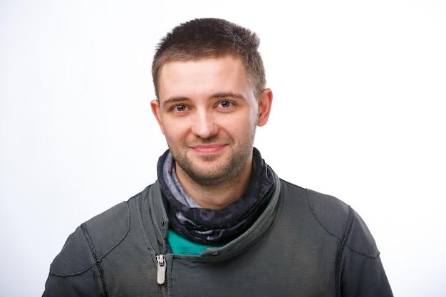 Frisur, friseur und leutekonzept. stilvoller mann mit haarbürste auf weißem hintergrund. zugeschnittenes foto.