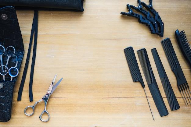 Frisurnwerkzeuge auf hölzerner tischplatte