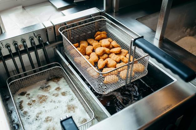 Friteusen und grill, ausstattung eines fast-food-restaurants