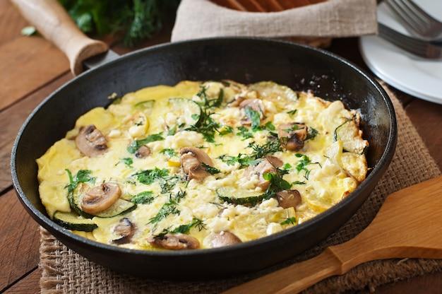 Frittata mit champignons, zucchini und käse