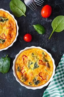 Frittata mit frischem gemüse und spinat