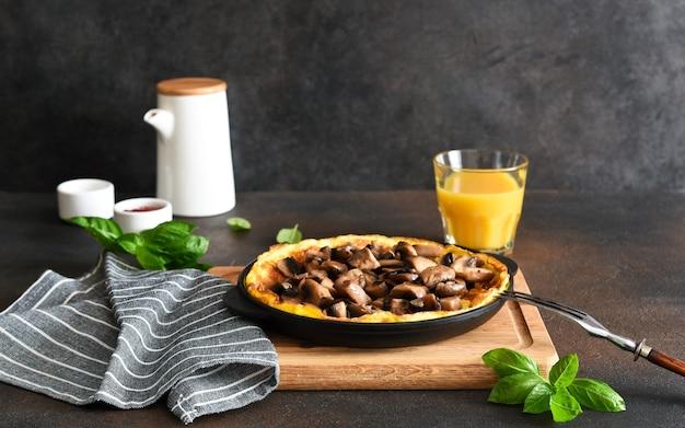Frittata mit pilzen zum frühstück mit orangensaft