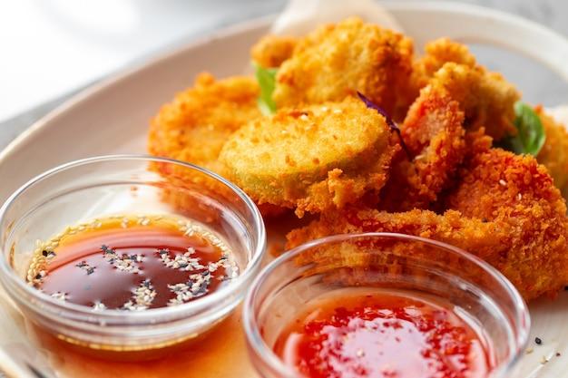 Frittierte chicken nuggets mit sauce auf dem tisch serviert