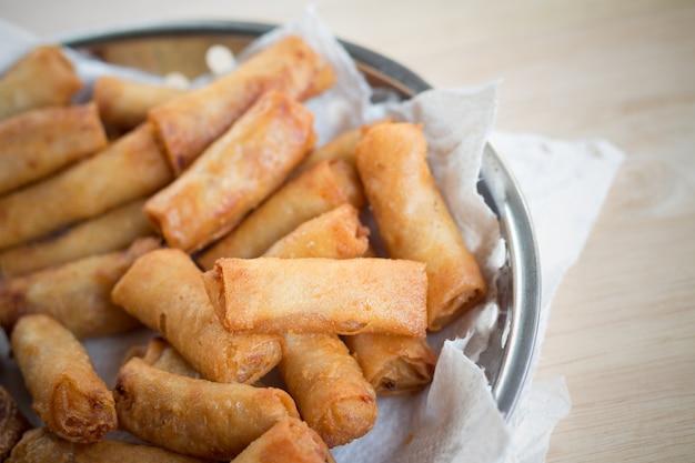 Frittierte frühlingsrollen und frittierte hühnchenbrötchen