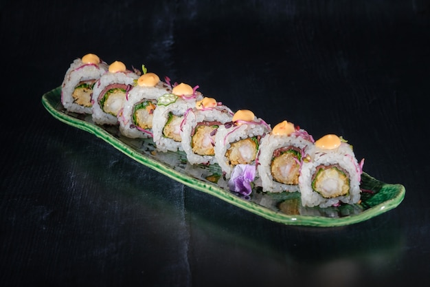 Frittierte gebackene garnelen-sushi serrano-rucola-rettich-sprossen und thai-mayonnaise