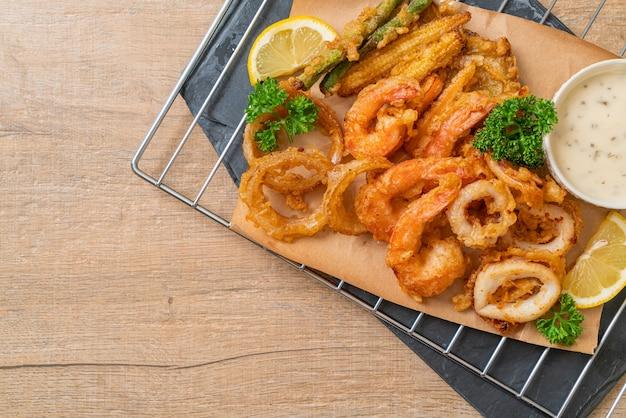 Frittierte meeresfrüchte (garnelen und tintenfisch) mit gemischtem gemüse - ungesunde lebensmittelart food