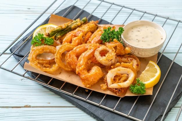 Frittierte meeresfrüchte (garnelen und tintenfisch) mit gemüsegemisch - ungesunde ernährung