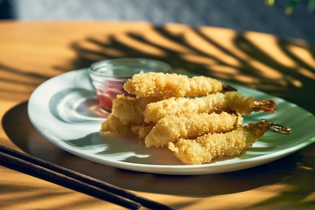 Frittierte riesengarnelen in tempura mit sauce. chinesische küche.