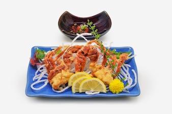 Frittierte Softshellkrebse (Softshellkrebs karaage) japanische Art auf weißem Hintergrund
