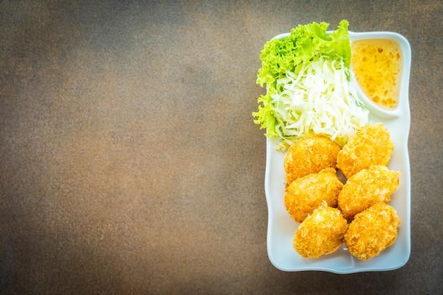 Frittierter garnelenkuchen oder -ball mit gemüse