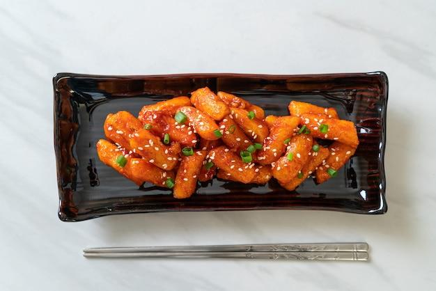 Frittierter koreanischer reiskuchen (tteokbokki) mit würziger sauce - koreanische küche