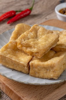 Frittierter stinkender tofu, fermentierter bohnengallerte mit eingelegtem kohlgemüse, berühmtes und köstliches street food in taiwan.