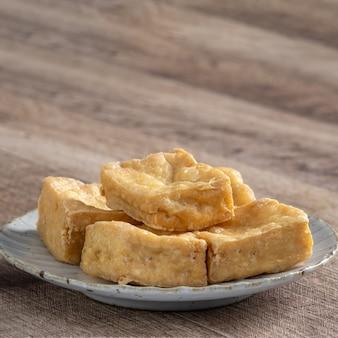 Frittierter stinkender tofu, fermentierter bohnengallerte mit eingelegtem kohlgemüse