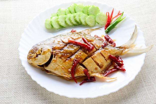Frittierter weißer butterfisch mit knoblauch des schwarzen pfeffers, schneller und einfacher teller.