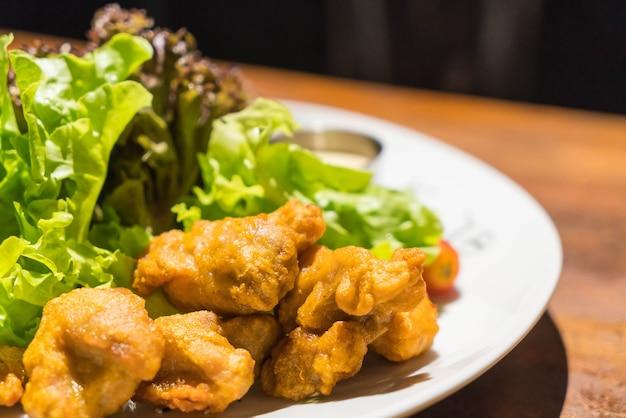 Frittiertes hähnchen mit salat