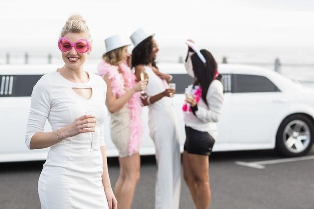 Frivole frauen, die champagner in einer limousine trinken
