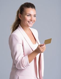 Fröhlich aufgeregt überraschte junge frau mit kreditkarte.