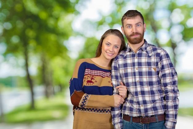 Fröhlich junges paar stehend