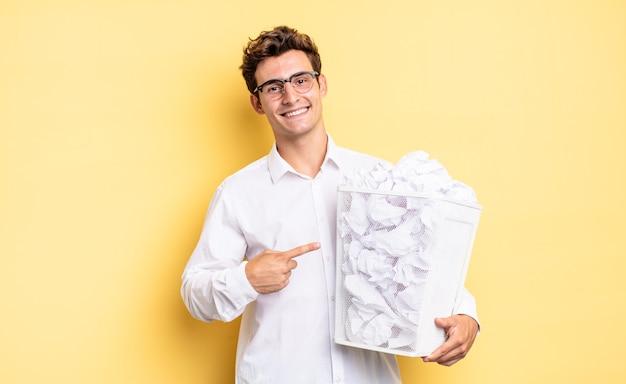 Fröhlich lächeln, sich glücklich fühlen und zur seite und nach oben zeigend, objekt im kopierraum zeigen. papierkorbkonzept