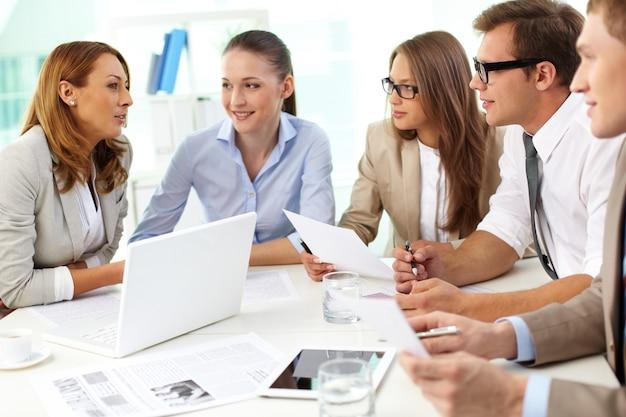 Fröhlich mitarbeiter im büro während der betriebsversammlung