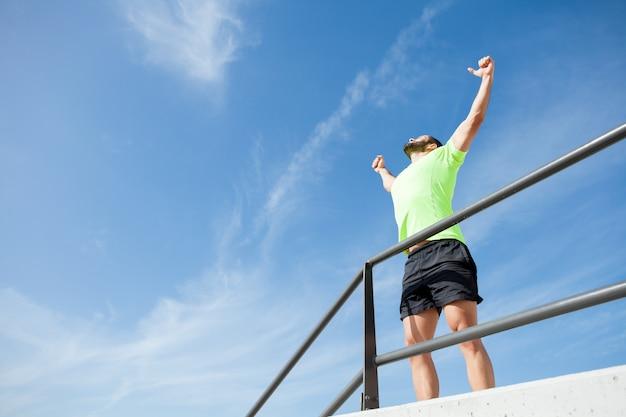 Fröhlich starker mann feiert sport erfolg