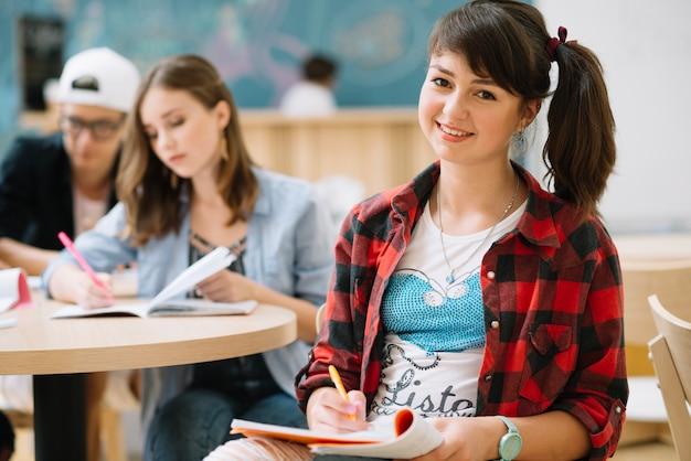 Fröhlich teen student mädchen am tisch