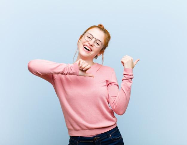 Fröhlich und beiläufig lächelnd auf den kopierplatz an der seite zeigen, glücklich und zufrieden sein