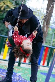 Fröhliche afroamerikanerfamilie im park