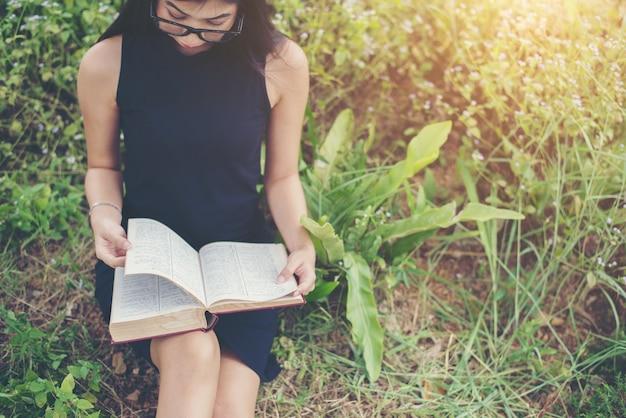 Fröhliche brünette lifestyle-raum studieren