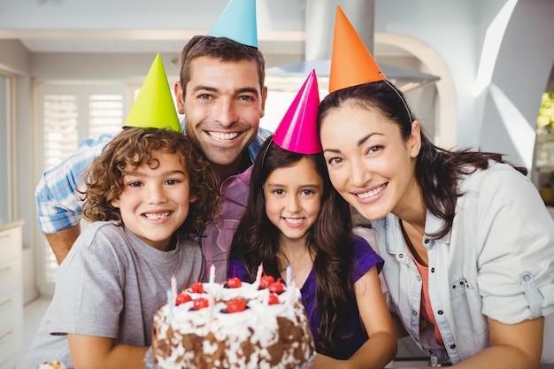 Fröhliche familie feiert geburtstag