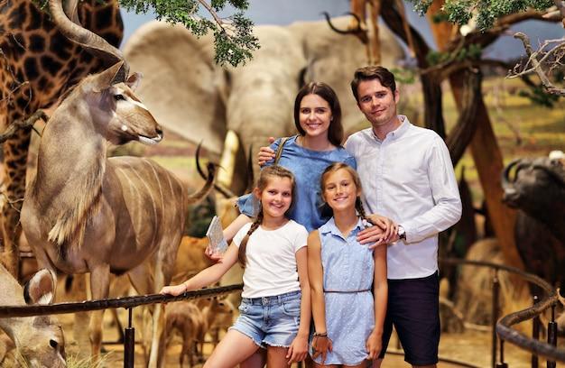 Fröhliche familie im naturmuseum